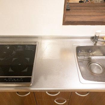2口コンロで調理スペースもあるのでしっかり自炊できますね!