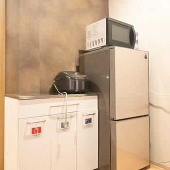 キッチンの後ろには必要な電化製品が揃っています◎