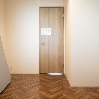 洋室】2階で唯一のフローリングです。