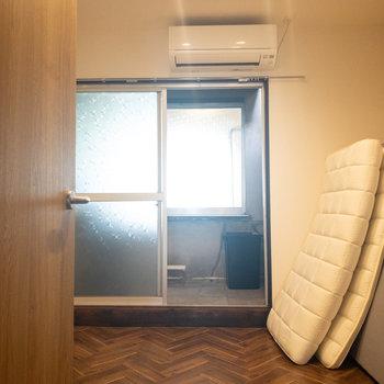 洋室】窓の向こうには洗濯物を干せるスペースがあります。