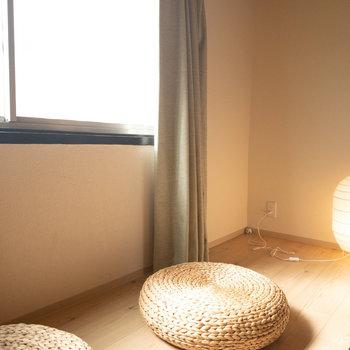 和室1】窓際には座ってゆっくりする空間も!