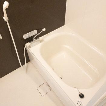 幅の広い浴槽でゆったり。