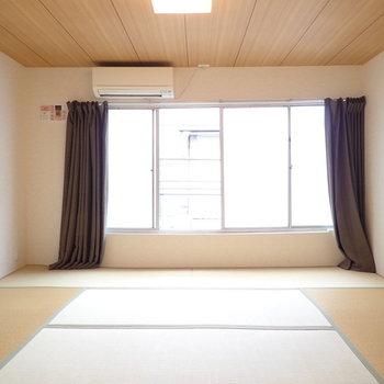 和室①】横長の間取りの和室!窓の向こうはベランダがあります。