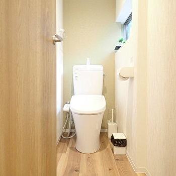 トイレはウォシュレットつき!小窓もあります。