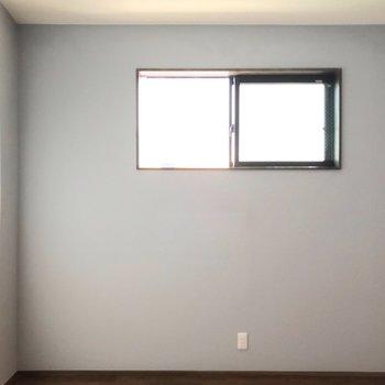 窓はここだけですが、朝日がしっかり入りますよ。