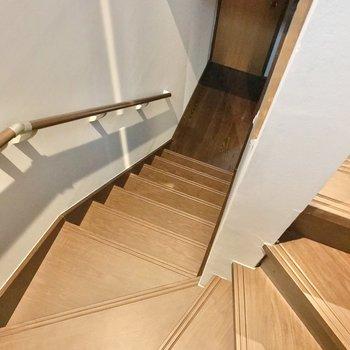 階段をおりて、玄関側へ。