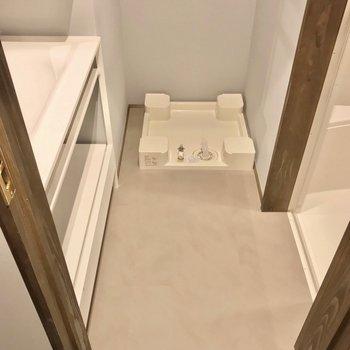 脱衣所は上階の廊下側に。