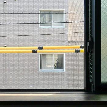 窓は高い位置にあります。窓はすりガラスなので、人目は気になりませんよ。