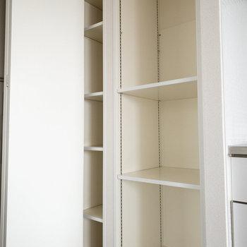 左が靴箱で、右が収納棚です。