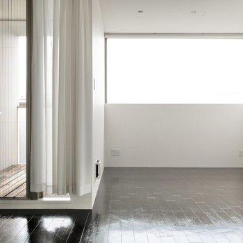 横に長い窓が印象的。