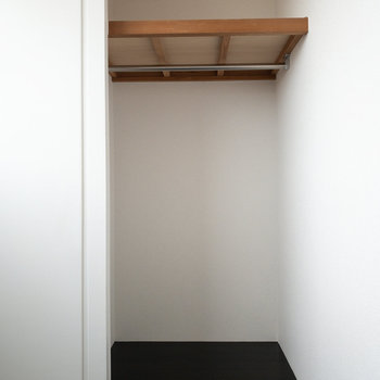 壁の半分だけがクローゼットになっているので、ボックスなどを使って上手に整理してくださいね!
