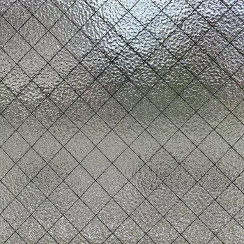 窓は型板ガラスなので、閉めれば目線対策ができちゃいます。