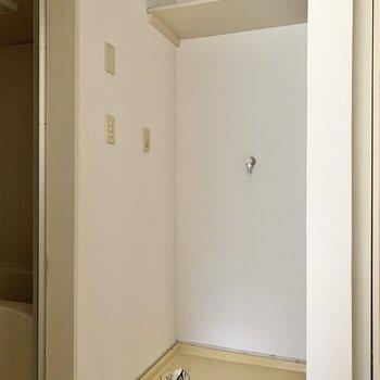 ダイニングキッチンを出てすぐの場所に洗濯機置き場。※写真はフラッシュを使用しています