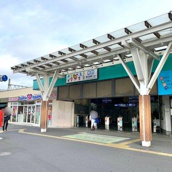 駅周辺は某キャラクターが沢山描かれていますよ。少し歩くと大型スーパーや商業施設があります。