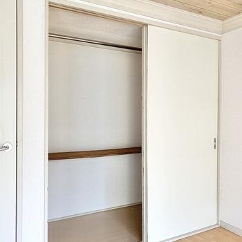 【洋室】丈の長い衣類も掛けられる収納。