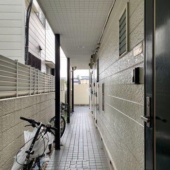 屋根付き共用部で雨の日も濡れにくいです。