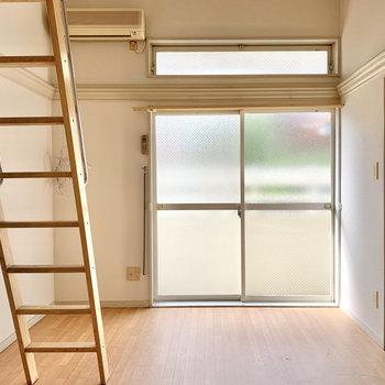 高い位置にも窓があり、自然光が入ってきやすいんです。※写真は通電前のもの・一部フラッシュを使用しています