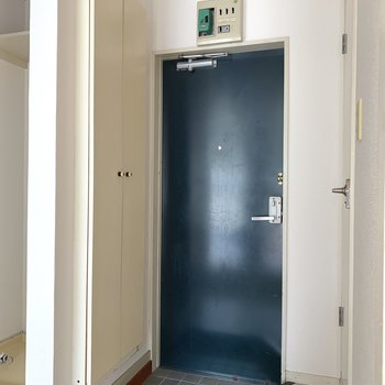 ちょっとコンパクトな玄関。※写真はフラッシュを使用しています