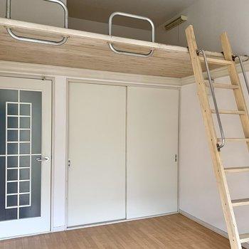 【洋室】アンティーク感ある扉が素敵ですね。