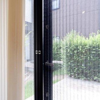 【1F】網戸扉もついていて換気をすることもできますよ。