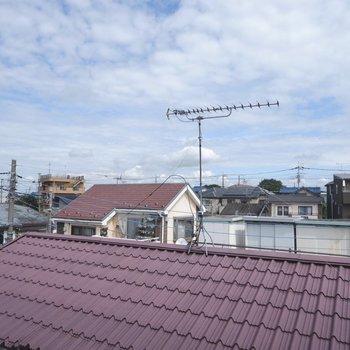 【2F】腰窓からの眺望です。周辺に高い建物はないですね。