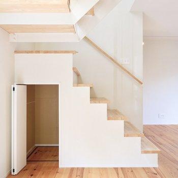 【1F】階段下のデッドスペースも収納に有効活用。