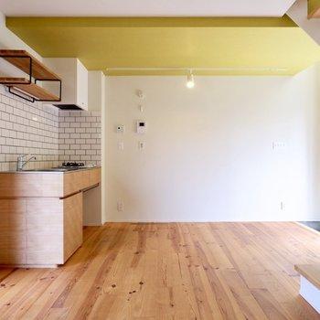 【1F】キッチン前にカウンターを置いて、料理する絵が浮かびます。
