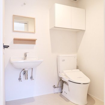 【1F】ゆったりとした洗面台とお手洗いです。浴室などは2Fにあります。