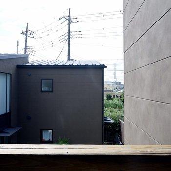 【2F】同じ敷地内の別棟が見えます。