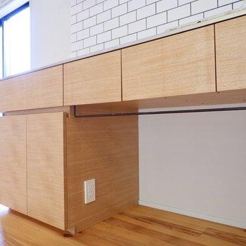 【1F】キッチン下にもコンセントが付いています。アイアンのタオル掛も良いアクセントに。