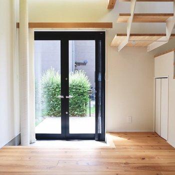 【1F】玄関からも良く光が入ります。