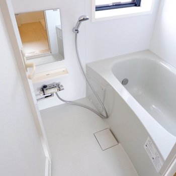 【2F】自然光の入る浴室です。ゆったり疲れを癒せそうです。