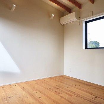 【2F】天井高のある、洋室です。腰窓の面にベッドを寄せて寝室に。