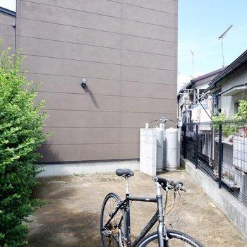 自転車は建物横や、雨の日は室内に。