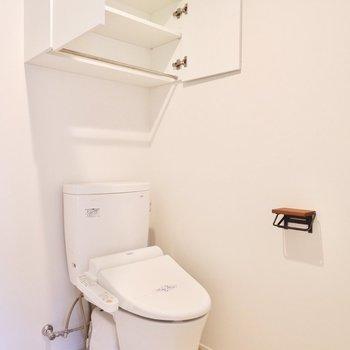 【1F】お手洗い上部の収納のところにタオルハンガーもついています。