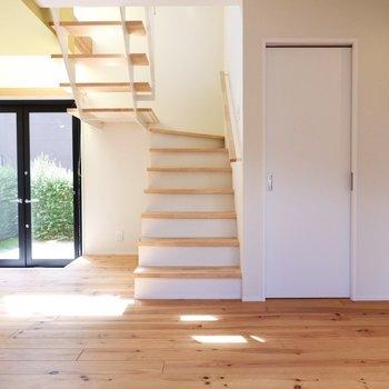 【1F】それでは木の階段を上って2Fへ。