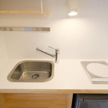 コンパクトなデザインのキッチン。