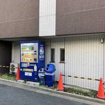 建物側面には自動販売機も。
