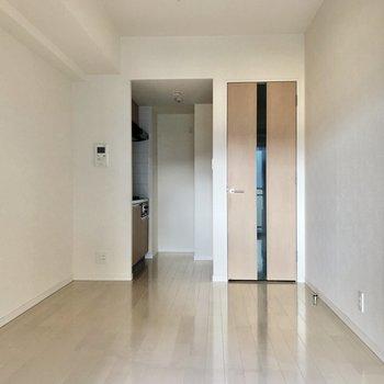 窓から振り返って。※写真は3階の同間取り別部屋のものです
