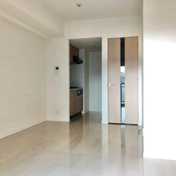キッチン側は暖簾などで仕切れそうです。※写真は3階の同間取り別部屋のものです