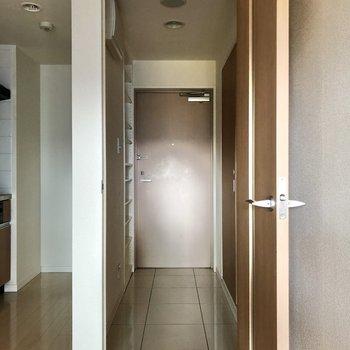 廊下へ出てみます。※写真は3階の同間取り別部屋のものです