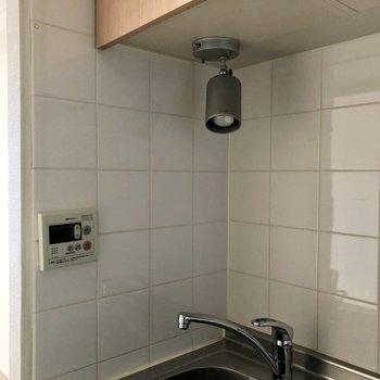キッチンにはスポットライトも。※写真は3階の同間取り別部屋のものです