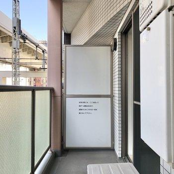 洗濯物を干すには不便しない広さのバルコニー。※写真は3階の同間取り別部屋のものです
