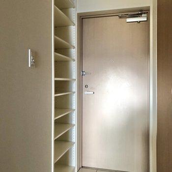 オープンなシューズラックは容量たっぷり。※写真は3階の同間取り別部屋のものです