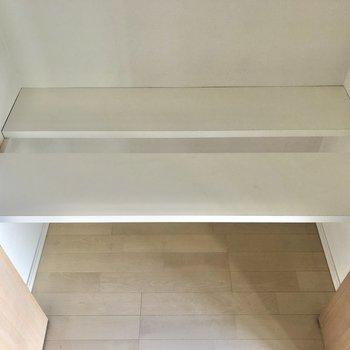 こちらの段は可動するタイプ。※写真は3階の同間取り別部屋のものです