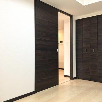扉を開けるともう一部屋があります※写真は2階の同間取り別部屋のものです