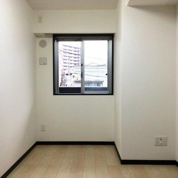 小窓もついているので 昼間は電気も必要なさそうです※写真は2階の同間取り別部屋のものです