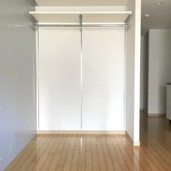 収納が剥き出しなので、布などで覆っても良さそう。※写真は4階の同間取り別部屋のものです