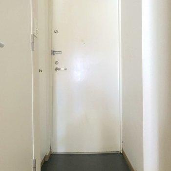 玄関の広さもそこそこ。※写真は4階の同間取り別部屋のものです