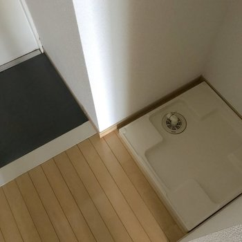 洗濯機置き場は玄関の隣に。※写真は4階の同間取り別部屋のものです